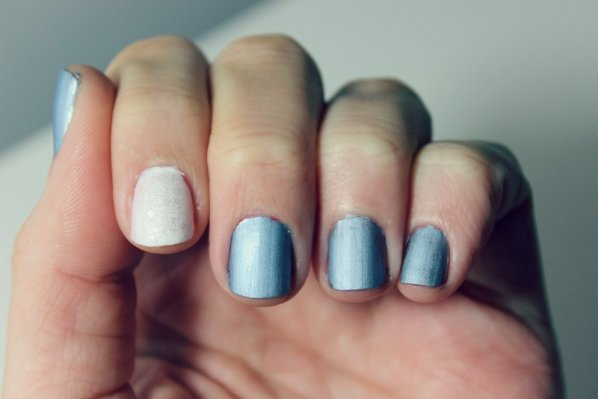 holiday-manicures-blue-and-white