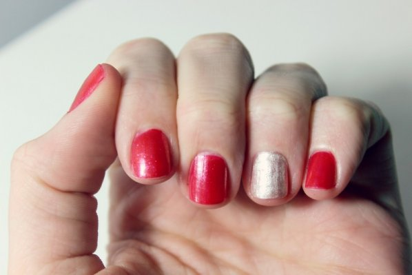 holiday-manicures-pop-of-gold