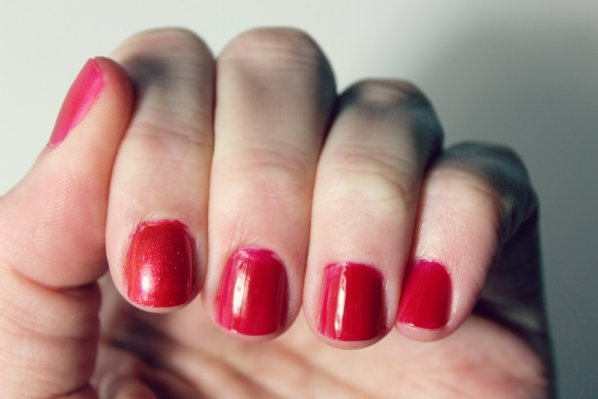 holiday-manicures-red-sparkle